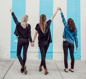 3 copines pendant un EVJF