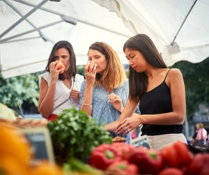 Sélection des produits frais au marché pour réaliser la salade niçoise