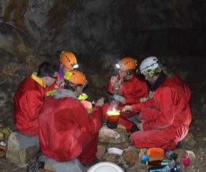 Fondue au comté conviviale au fond de la grotte